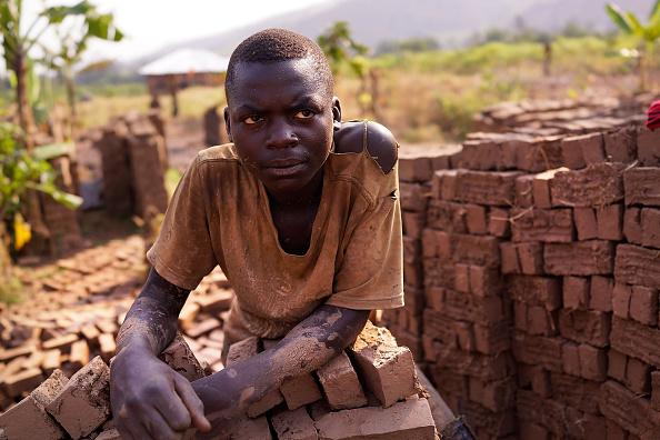 Работник кирпичного завода в Бурунди