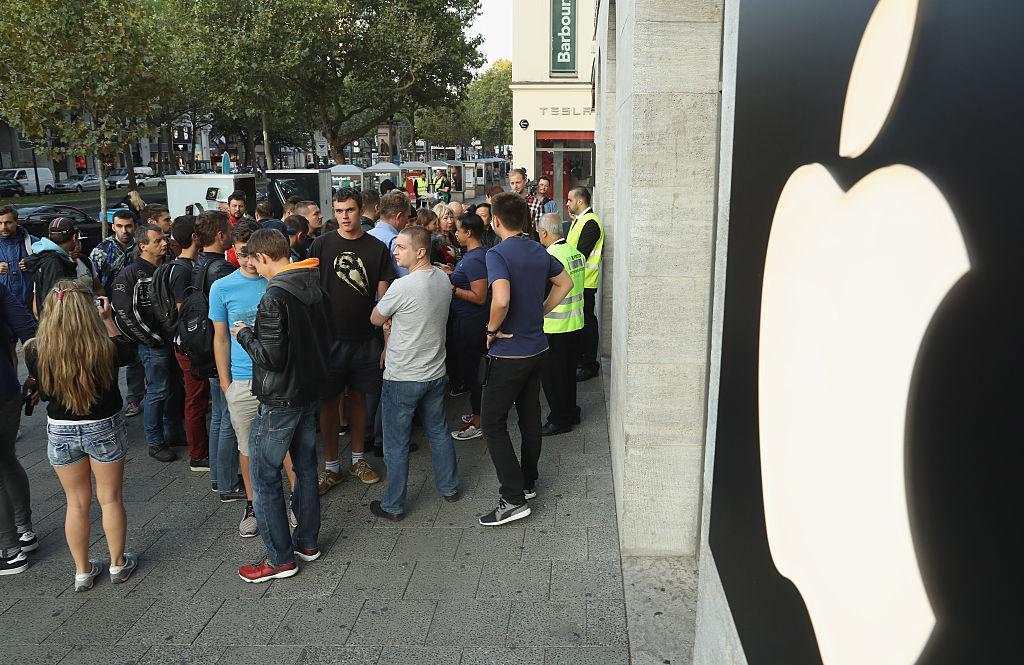 Многие стоят в очередях, чтобы первыми приобрести iPhone