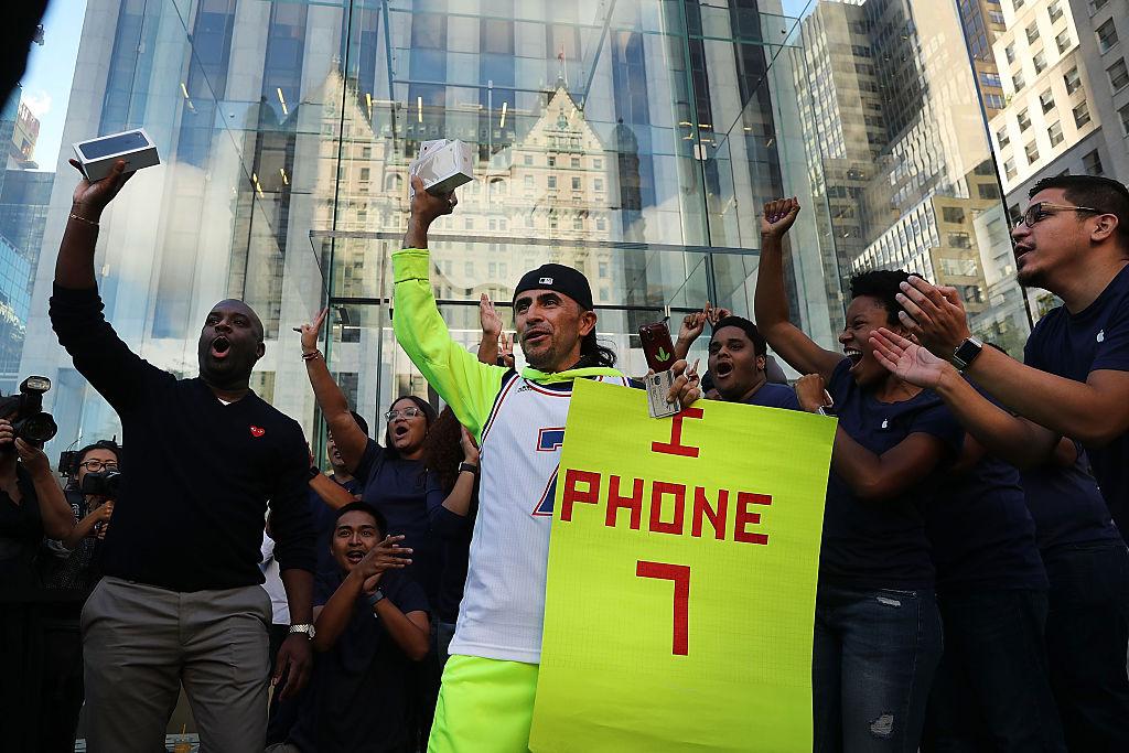 Люди радуются покупке iPhone 7